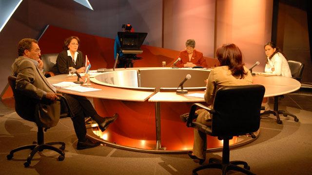Los panelistas Lesbia Cánovas, Meyssel Valdés Serrano, Yamilé Ramos Cordero y José Juan Ortiz con la conduccion de Arleen Rodríguez intercambiaron sobre los derechos del niño en Cuba.