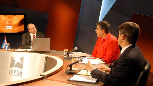 Randy Alonso, director de la Mesa Redonda, Ronald Blanco y Fernández de Cossío.