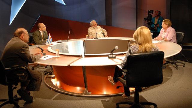 Los panelistas Vivian López, Arlenz Abran, Max Lesnik, Andrés Gómez y el moderador Randy Alonso en la Mesa Redonda: Dispuestos emigrados cubanos a luchar a favor de su país