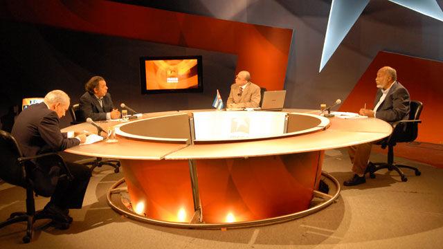 Los panelistas Jorge Hernández, Esteban Morales, Reinaldo Taladrid y el moderador Randy Alonso en la Mesa Redonda: Obama: Promesas incumplidas en complicado panorama