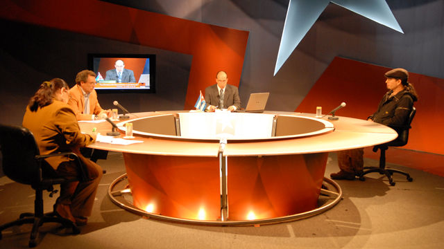 Los panelistas Bárbara Betancourt, José Juan Ortiz, Alejandro Ramírez y Randy Alonso en la Mesa Redonda Naciones de ALBA incrementan su cooperación en Haití