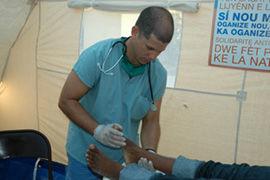 Un médico cubano atiende a un haitiano