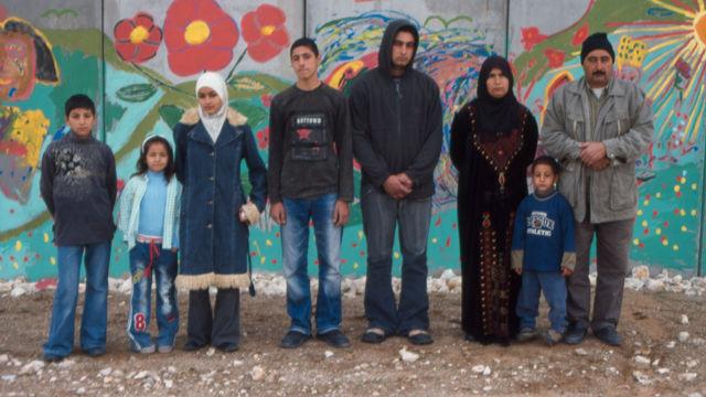 Este material fílmico ofrece un vistazo al microcosmos filial de ocho personas de la comunidad de Masha, supeditado al conflicto israelo-palestino