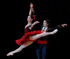 """Viengsay Valdés y Elier Bourzac, del Ballet Nacional de Cuba, en """"Don Quijote"""", como parte del programa colateral de la XIX Feria Internacional del Libro, en el Teatro Karl Marx de La Habana, Cuba, el 13 de febrero de 2010. AIN FOTO/ Omara GARCIA MEDEROS"""