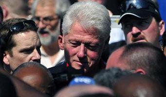 Al menos 200 haitianos recibieron con protestas al ex presidente estadounidense, Bill Clinton, por la mala gestión en la distribución de la asistencia internacional y para exigirle carpas.