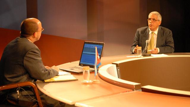 Fernando León, vicepresidente del Instituto Cubano del Libro, informó que encuestas realizadas a visitantes muestran la satisfacción de la población tanto por la venta de ejemplares como por otras actividades. Foto René García