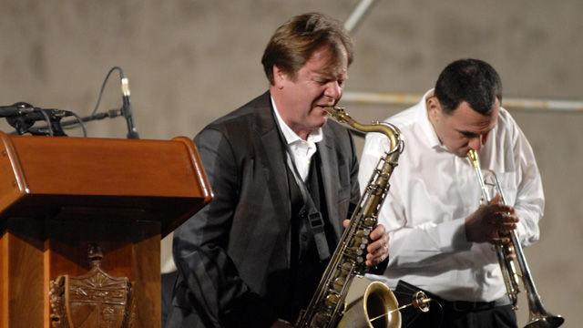 El jazzista ruso Igor Butman (c), con su quinteto acompañante participa en la ceremonia inaugural de la XIX Feria Internacional del Libro Cuba 2010