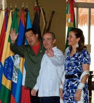 Hugo Chávez junto a Felipe Calderón en la Cumbre de la Unidad