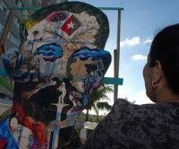Cuadro de unos tres metros de altura con la silueta de José Martí