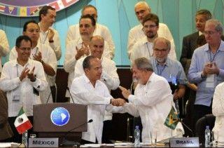 El Presidente Felipe Calderón saluda a su homólogo brasileño Luiz Inácio Lula da Silva en la Cumbre de la Unidad, México