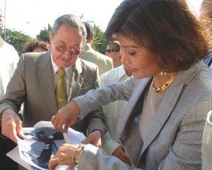 Mona Nasser, hija de líder egipcio Gamal Abdel Nasser, recibe varias fotos del encuentro de Raúl con su padre 49 años antes