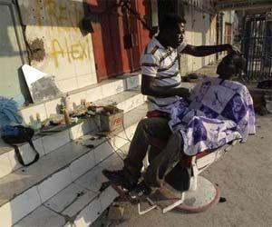 Los haitianos tratan de recuperar su vida cotidiana tras el devastador terremoto del 12 de enero. La imagen, en una calle de Puerto Príncipe. Foto Reuters