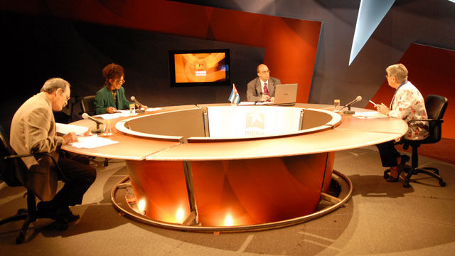 Los panelistas Nidia Díaz, Marina Menéndez, Renato Recioy  el moderador Randy Alonso en la Mesa Redonda: Haití y Honduras: Resistencia popular ante desastres