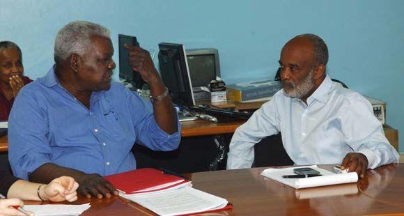 Esteban Lazo (I), miembro del Buró Político del Partido Comunista de Cuba, intercambia con René Preval, presidente de Haití, durante una visita de trabajo a ese país tras el terremoto, el 8 de febrero de 2010. AIN Foto: Juvenal Balan Neyra