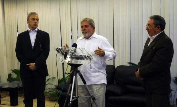 El presidente de Brasil, Luis Inacio Lula Da Silva (C), junto a su homólogo de Cuba, Raúl Castro (D), ofrece declaraciones a la prensa local, en el Aeropuerto Internacional José Martí, en La Habana, el 25 de febrero de 2010. AIN FOTO/Ismael Francisco.
