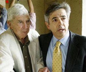 Luis Posada Carriles (I) y su abogado Arturo Hernández (D), tras salir en libertad en 2007, en Miami. AP Foto de Archivo