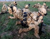 Varios soldados británicos toman posiciones durante su participación en la operación Moshtarak, en la provincia de Helmand (Afganistán) ayer, sábado 13 de febrero, en esta fotografía facilitada hoy, domingo 14 de febrero. Las tropas internacionales dirigidas por la OTAN, con apoyo de militares afganos, continúan la gran ofensiva en la provincia sureña de Helmand para desalojar a los talibán de unos de sus principales feudos. EFE/Ssgt Mark Jones-Ministerio de Defensa británico