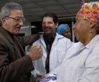 """José Ramón Balaguer (I), miembro del Buró Político del Partido Comunista de Cuba y ministro de Salud, despidió a la brigada médica, que partió hacia Chile a prestar ayuda por el devastador terremoto que azoto a ese país, en el aeropuerto internacional """"José Martí"""", en Ciudad de La Habana, el 02 de marzo de 2010. AIN FOTO/Omara GARCIA MEDEROS"""