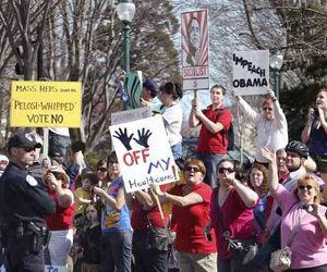 Ciudadanos de Estados Unidos que se oponen a los cambios en la legislación sanitaria se manifestaron ayer en Washington. Foto Reuters