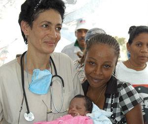 Medico cubana trae al mundo a una pequeña haitiana