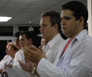 """Integrantes de la brigada médica, que parten hacia Chile a prestar ayuda por el devastador terremoto que azoto a ese país, en el aeropuerto internacional """"José Martí"""", en Ciudad de La Habana, el 02 de marzo de 2010. AIN FOTO/Omara GARCIA MEDEROS"""