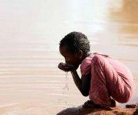 Niños bebiendo aguas contaminadas