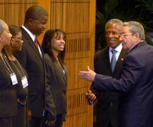 Tillman Thomas (centro D), Primer Ministro de Granada, Líder del Partido National Demotratic Congress (NDC), fue recibido en ceremonia oficial por Raúl Castro Ruz(D), presidente cubano en el Consejo de Estado, en la Plaza de la Revolución, de Ciudad de La Habana. AIN FOTO/Oriol de la Cruz ATENCIO