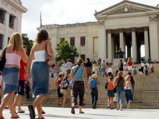 Estudiantes entrando a la Universidad de La Habana
