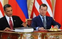 """Barack Obama y Dimitri Medvedev. El presidente de Estados Unidos y su par de Rusia firman el """"histórico"""" tratado de reducción de armas nucleares, en el Castillo de Praga. AFP"""