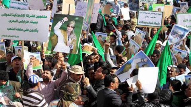 Ciudadanos de Tripoli se mantienen en la plaza Verde en apoyo al lider libio Muammar Al Gaddafi. Foto: EFE