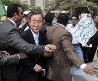 Ban Ki Moon huye de los manifestantes antiguerra en el Cairo, Egipto. Foto EFE