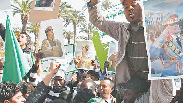Seguidores del presidente de Libia, Muamar Kadafhi, marcharon ayer en la capital del país. Foto: AFP