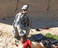 Soldado norteamericano toma fotografía con cadáver de afgano como trofeo. Foto: Der Spiegel