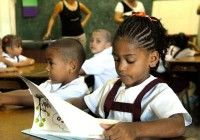 Niños cubanos estudiando