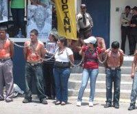 Indigenas se encadenan frente a oficina de la ONU y piden condena del régimen