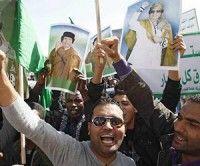 Simpatizantes de Gaddafi en la Plaza Verde de Trípoli