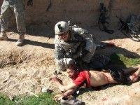 """Capitán del ejército norteamericano Jeremy Morlock posa sonriente mientras sostiene por el pelo la cabeza de un campesino afgano asesinado por el """"Kill Team"""". Una de las fotos que publicó Der Spiegel"""