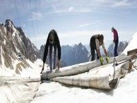 """Cubren glaciar en Alemania con papel aluminio """"para que no se derrita"""""""