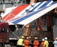 Foto de archivo del domingo 14 de junio de 2009 muestra a trabajadores mientras descargan los escombros del vuelo AF447 de Air France, que se estrelló en el Atlántico, en el puerto de Recife, al nordeste de Brasil. Foto: AP/Eraldo Peres
