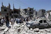 Libios frente a un edificio que fue destruido por ataques aéreos de la coalición, según el Gobierno de Libia, en Trípoli. Foto Reuters