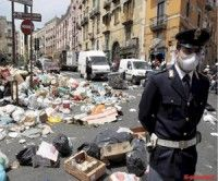 Basura en las calles de Nápoles, Italia