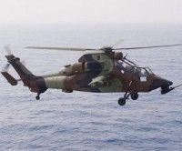 """Un helicóptero de ataque Tigre, que opera desde el portahelicópteros francés """"Tonnerre"""", vuela cerca de la costa Libia el 3 de junio de 2011. Foto: AFP"""