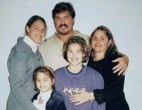 Ramón Labañino junto a su familia en una visita a la cárcel
