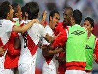 Equipo de Perú festeja la victoria sobre Colombia