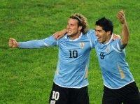 Diego Forlán y Luis Suárez, el bloque ofensivo de Uruguay, que amenaza las redes paraguayas. AFP / Maxi Failla