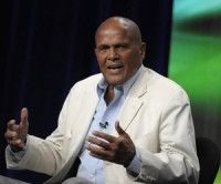 """El cantante y activista Harry Belafonte durante una reunión de la Asociación de Críticos de Televisión en Beverly Hills, California, el jueves 28 de julio de 2011. Belafonte dijo que el presidente Barack Obama y su """"misión"""" han fracasado por la falta de valentía moral y visión. (Foto AP/Dan Steinberg)"""