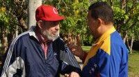 Fidel Castro y Hugo Chávez conversan, foto mostrada el pasado 28 de junio de 2011. Foto Estudio Revolución
