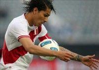 El jugador de la selección de fútbol de Perú Paolo Guerrero domina el balón ante Venezuela, durante el partido por el tercer puesto de la Copa America 2011. Foto EFE