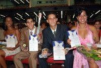 Un grupo de los mejores graduados muestra sus reconocimientos. Foto Raúl Pupo