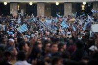 Decenas de miles de personas salieron a las calles de la capital uruguaya con banderas y fuegos artificiales para festejar el triunfo de la selección celeste, que este domingo se coronó campeona de la Copa América tras golear 3-0 a Paraguay en la final disputada en Buenos Aires. Foto AFP